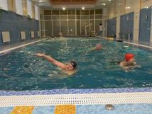 Групповое занятие в бассейне